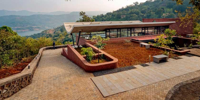 Дом с изогнутой крышей в Индии по проекту Red Brick Studio