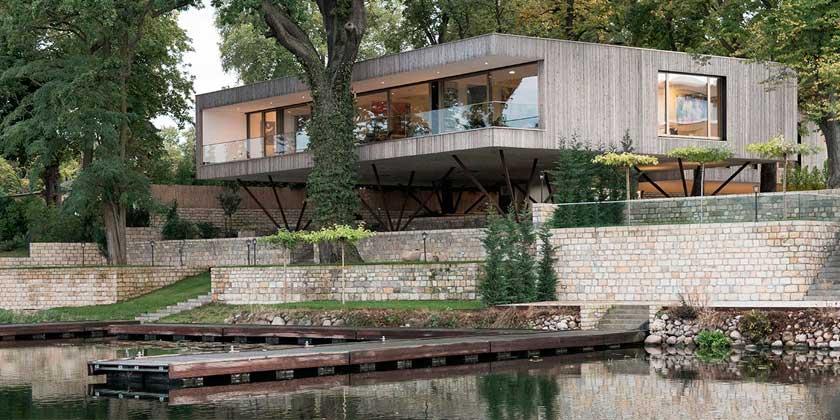 Красивый деревянный дом над озером в Потсдаме от Карлоса Цвика